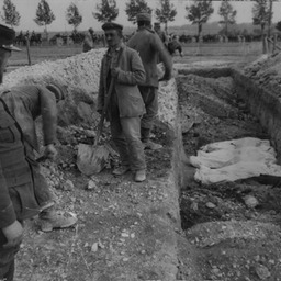 German prisoners burying French dead